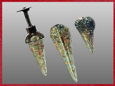 D'après des poignards en bronze, vers 1900 -750 -avjc, âge du Bronze. (Marsailly/Blogostelle)