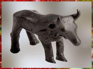D'après une figurine de taureau, bronze, Carnac, Bretagne, 1900-750 avjc, France, âge du Bronze. (Marsailly/Blogostelle)