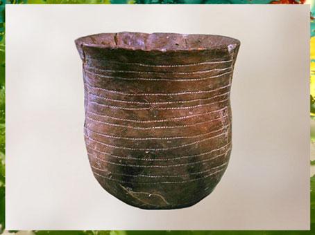D'après un vase campaniforme (en forme de cloche), terre cuite, 1900 -750 avjc, âge du Bronze. (Marsailly/Blogostelle)
