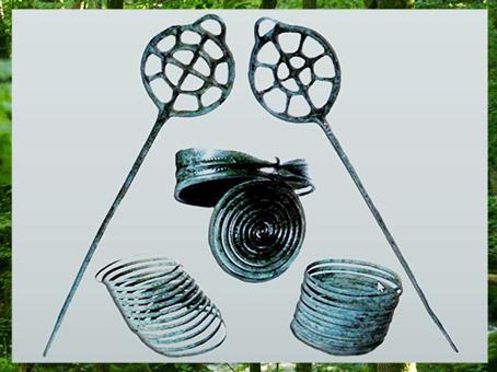 D'après des parures en bronze, avec des épingles à rouelles, mobilier funéraire de Haguenau, Alsace, France, Bronze moyen. (Marsailly/Blogostelle)